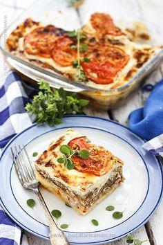 Cum se face reteta de musaca de vinete in stil grecesc. Ingrediente și mod de… Dessert Drinks, Dessert Recipes, Desserts, Good Food, Yummy Food, Romanian Food, Grilled Vegetables, Vegetable Recipes, Lasagna