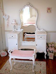 i love older furniture.....so plain yet ornate...does that makes sense?....