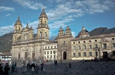 plaza bolivar Ecuador, Barcelona Cathedral, Louvre, Mansions, House Styles, Building, Travel, Iglesias, Plaza
