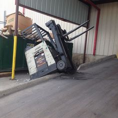 Had a little luck when things went ugly #forklift #safetyfail