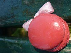 Sautoir avec un macaron pêche rose beurre salé avec noeud rose pâle à pois sur chaîne à billes en laiton. Cocomuxu