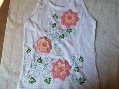 Camiseta bordada y con flores de fieltro
