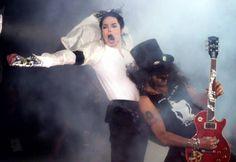 """Ao todo, Slash fez duas contribuições a músicas de Michael Jackson. Uma delas está no disco """"Dangerous"""" (1991): """"Give In To Me"""". Em entrevistas, o guitarrista do Guns N' Roses nega que tenha tocado na introdução de """"Black Or White"""", diferente do que muitos dizem. """"Não toquei naquela música. O som é feliz demais, não soa como eu, mas, de alguma forma, fiquei rotulado como o cara que tocou aquela passagem"""", afirmou, em 2010."""