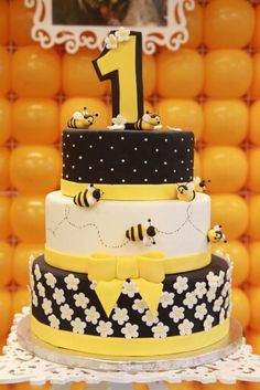Festa da abelhinha , bumblebee party Bee Birthday Cake, Bumble Bee Birthday, 1st Birthday Girls, Bee Cakes, Cupcake Cakes, Baby Shower Cakes, Bolo Fake Eva, Bumble Bee Cake, Bolo Fack