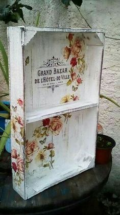 Nice shoes for an old crate! Funky Painted Furniture, Decoupage Furniture, Decoupage Box, Decoupage Vintage, Vintage Decor, Wood Crafts, Diy And Crafts, Paper Crafts, Deco Podge