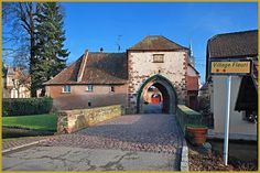 Photo à l'entrée Nord-Ouest de Dachstein classé village fleuri avec deux fleurs, face à la tour-porte de la Bruche ''Breuschtor''. Photos de Dachstein, histoire du fleurissement de l'Alsace, l'Alsace fleurie.