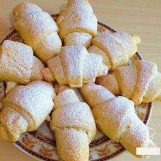 INGREDIENTE: Pentru primul aluat: -200 g de smântână; -300 g de făină; -0.5 linguriță de praf de copt. Pentru al doilea aluat: -200 g de unt (la temperatura camerei); -250 g de făină; -0.5 linguriță de praf de copt. Variante de umplutură: -gem de fructe de pădure; -nutella; -stafide; -nuci cu zahăr tos. MOD DE PREPARARE: 1.Pregătiți primul aluat: amestecați făina cernută cu praful de copt. Adăugați smântâna și frământați aluatul. 2.Pregătiți al doilea aluat: amestecați făina cernută cu…
