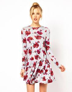 Vestido con vuelo y estampado floral de ASOS