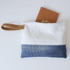 ¿Lista para el verano? Con este embrague ropa, jeans y cuero mirada fresca eres!!!!!! Este bolso de embrague puede utilizarse de muchas maneras diferentes; Neceser, lápiz caso, bolsa de maquillaje, de noche embrague o como bolsa de documento de viaje.  el bolso se hace de grueso lino blanco italiano, reciclados jeans y cuero coñac gruesa y tiene un 100% forro de algodón con diseño flor blanco/azul.  La bolsa de embrague será perfecta con tu look de verano fresco! También agradable con uno de…