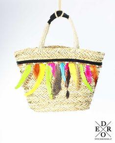 """Das Sommer Must-Have – die Strandtasche """"Lena"""" Die vielen dekorativen bunten Federn machen die Tasche zu einem richtigen Hingucker! Ein Klassiker der in den angesagtesten Mode-Metropolen zur Trendtasche avanciert. In die Korbtasche passt jede Menge rein und sie peppt jedes Outfit auf! Green Cactus, Straw Bag, Outfit, Bags, Fashion, Colorful Feathers, Hot Pink Fashion, Handbags, Summer"""