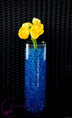 Blaue Waterpearls mit gelben Schnittblumen