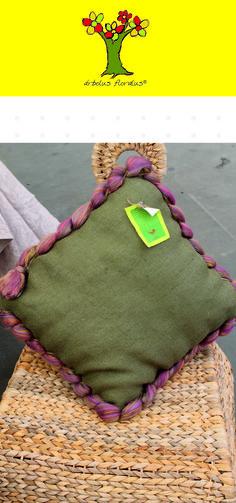 Cojín cuadrado elaborado en yute, lana natural y lana tintada, y fibras de sisal. Medidas 50 x 50 cm. Creación de árbolus floralus. arbolusfloralus@g..., Whatsapp 634344518