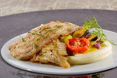 Gebratene Schollenfilets mit Miesmuscheln in Safransauce an cremigem Kartoffel-Parmesan-Püree
