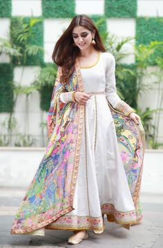 15 Stunning collection of simple saris with designer blouse designs - Outfit Fashion Simple Pakistani Dresses, Indian Gowns Dresses, Indian Fashion Dresses, Dress Indian Style, Pakistani Dress Design, Indian Fashion Salwar, Pakistani Clothes Casual, Indian Wedding Dresses, Lehenga Wedding Bridal