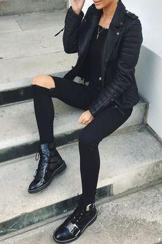 Mode femme automne/hiver avec un jean noir troué, une veste en cuir et des bottines noires