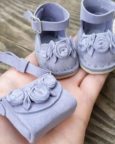 Doll Shoe Patterns, Baby Shoes Pattern, Girl Doll Clothes, Girl Dolls, Homemade Dolls, Sewing Dolls, Doll Shoes, Felt Dolls, Diy Doll