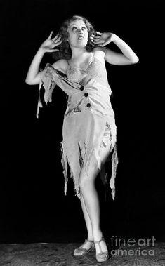 King Kong - Fay Wray Photograph by Granger - Fay Wray Fine . Vintage Hollywood, Classic Hollywood, Godzilla, Erich Von Stroheim, King Kong 1933, Fay Wray, Merian, Classic Monsters, Classic Monster Movies