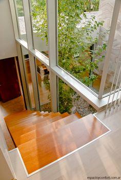 Escalera con jardín interno.