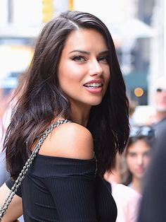 Adriana Lima Reveals the Makeup Products She Uses to Get Ready for a Night Out - Make-up Adriana Lima Hair, Adriana Lima Makeup, Adriana Lima Style, Adrina Lima, Icon Girl, Brazilian Models, Brazilian Supermodel, Celebrity Beauty, Up Dos