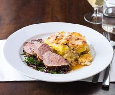 Vepřová panenka s gratinovanými bramborami | Recepty Albert What To Cook, Pot Roast, Steak, Food And Drink, Pork, Eggs, Beef, Treats, Cooking
