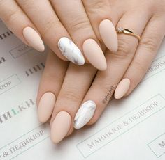 Prized by women to hide a mania or to add a touch of femininity, false nails can be dangerous if you use them incorrectly. Types of false nails Three types are mainly used. Aycrlic Nails, Diy Nails, Cute Nails, Pretty Nails, Classy Nails, Stylish Nails, Ongles Beiges, Beige Nails, Best Acrylic Nails
