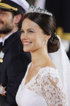 Con un recogido muy sencillo y elegante, la novia también quiso llevar una preciosa mantilla, que caía de su propio moño. Sobre la cabeza, una corona que no pertenecía a ningún miembro de la familia real sueca.