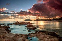 Rincones de España. El Sol nos dice hasta mañana a orillas del mar en Calpe, Alicante.