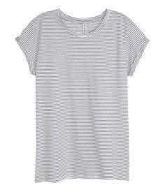Camiseta de manga corta en punto con puños vueltos cosidos.