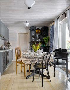 Кухня на даче с антикварной мебелью