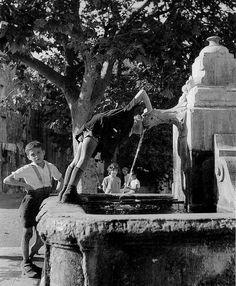 by Robert Doisneau, La Fontaine, 1938 Henri Cartier Bresson, Robert Doisneau, Vintage Photography, Street Photography, Urban Photography, Color Photography, Old Paris, French Photographers, Black And White Pictures