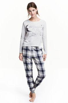 Pijama de dos piezas: Pijama de dos piezas en algodón. Camiseta de manga larga con estampado delante. Pantalón de franela con cintura elástica, bolsillos al bies y bajo elástico de canalé.