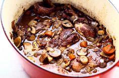 """Coq au vin op de wijze van Spoelder Een van de bekendste klassiekers uit de Franse keuken (Bourgogne) is de """"Coq au vin"""". Het recept waarmee de"""