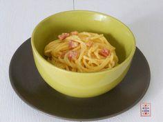 Gli spaghetti alla carbonara sono un primo molto conosciuto . Si preparano con pochi ingredienti, molto comuni. Ci sono varie versioni di questo piatto.