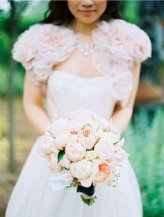 the most gorgeous bouquet of blush pink and white garden roses!!! swoooon. the bride is beautiful too!