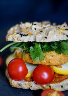 Glutenfri vegetar burger med sød kartoffel deller, nemt til aftensmad og madpakke.