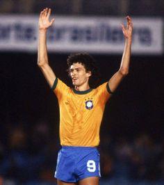 SOCRATES  uno dei fenomeni del Brasile 1982 la sua scheda in Italia: http://www.calcio.com/profilo_giocatori/socrates/2/  VIDEO: https://www.youtube.com/watch?v=UvhBxpHvdyU