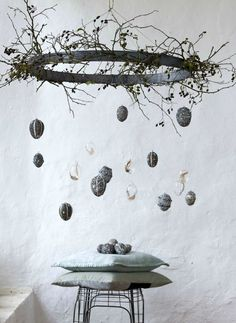 13 skandinavisch inspirierte Ideen für Ostern: vom puristischen Osterbaum über… 13 Scandinavian-inspired ideas for Easter: from the puristic Easter tree to the stylishly laid table and the surprising dessert for your guests. Easter Tree, Easter Wreaths, Easter Eggs, Decoration Vitrine, Decoration Table, Diy Ostern, Easter Holidays, Easter Party, Easter Dinner