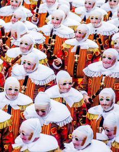 """La parata dei """"Gilles"""" durante il Carnevale di Binche in Belgio (Ansa)"""