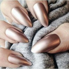 Metallic nails, aka chrome nails, are a trend that will make your nails look chic and classy. Check out our suggestions for achieving trendy nails this season. Almond Shape Nails, Almond Nails, Nails Shape, Gorgeous Nails, Pretty Nails, Matte Nails, Acrylic Nails, Crome Nails, Golden Nails