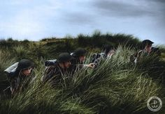 """Historyczne zdjęcia w kolorze. Koniec z czarno-białym kadrem z przeszłości. 16 lipca 1944 r. 1. Samodzielna Kompania Commando dostaje rozkaz opanowania miasta Case Nuove, mające stanowić wsparcie dla 1 Pułku Ułanów Krechowieckich. Koloryzowana fotografia Żołnierzy Pierwszej Samodzielnej Kompanii Commando. Zdjęcia wykonane dla projektu """"Zjednoczeni Zwyciężymy""""."""
