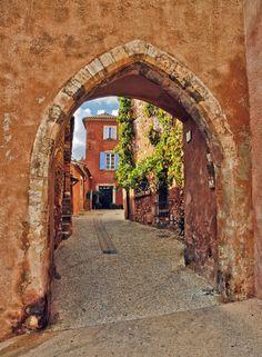 http://philhaber.com/2011/12/21/a-photographic-tour-of-roussillon/  A Photographic Tour of Roussillon