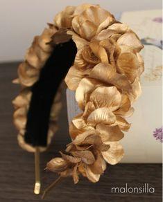 Diadema BIERZO by Malonsilla. Tocado tipo diadema de flores doradas para invitada boda o novia, el color oro siempre es un clásico. Fascinator Headband, Fascinator Hairstyles, Diy Hairstyles, Headpiece, Turban Headband Tutorial, Fascinators, Fabric Headbands, Floral Headbands, Wedding Hats