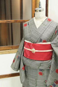 シックなグレーをベースに、モダンアートのようにグラフィカルにデザインされた青薔薇と赤薔薇がロマンチックな物語をさそうウールの単着物です。 Traditional Japanese Kimono, Japanese Love, Japanese Clothing, Japanese Outfits, Kimono Pattern, Japanese Culture, Traditional Outfits, Patterns, Kimonos