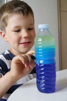 activite_sensorielle_avec_enfants_en_été_montessori_eau_huile_colorant_mer_lac_bouteille