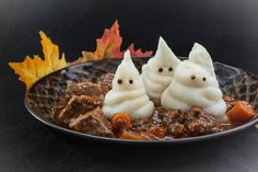 Ghostly Beef Stew Dinner Recipe for Halloween with Mashed Potato Ghosts Healthy Halloween, Halloween Dinner, Halloween Treats, Halloween Buffet, Haunted Halloween, Halloween Foods, Whipped Potatoes, Carrots And Potatoes, Mashed Potatoes