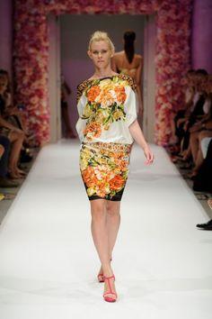 Vestido de fiesta corto con estampado floral en colores brillantes - Foto Basler