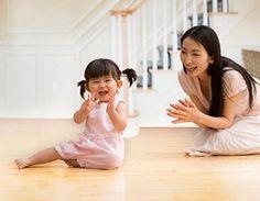 Tiếp chuyện bé để mẹ và bé có cơ hội giao tiếp với nhau.