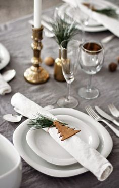 15 idées déco pour une belle table de Noël The holiday season is fast approaching and I am already thinking about the decoration of Christmas Eve! 15 decorative ideas for a beautiful Christmas table, Christmas Table Settings, Christmas Tablescapes, Christmas Table Decorations, Holiday Tablescape, Holiday Dinner, Christmas Place Setting, Christmas Napkins, Noel Christmas, Winter Christmas