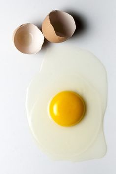 Eggs are one of the world's healthiest foods, but is it safe to eat them raw? Learn about the health benefits and risks of eating raw eggs. Eating Raw, Egg Shells, Easy Cooking, Meal Prep, Breakfast Recipes, Sweet Treats, Eggs, Nutrition, Lunch