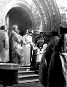 The pregnant Tsarina Alexandra (she was expecting Anastasia) with Grand Duchess Olga and Tsar Nicholas II in a church; 1901.